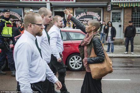 ΑΦΙΕΡΩΜΑ: 5 φωτογραφίες που μας θύμισε ο τσαμπουκάς της μαύρης γυναίκας στη Σουηδία