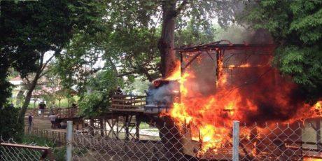 Αναρχικοί στα Τρίκαλα έκαψαν το σπίτι του Άη Βασίλη ανήμερα του Πάσχα – όλα τα ξωτικά είναι καλά