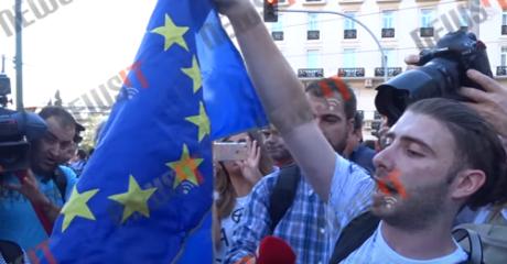 """Τυπάς προσπαθεί να κάψει τη σημαία της Ευρωπαϊκής Ένωσης live στο """"Παραιτηθείτε"""" (VIDEO)"""