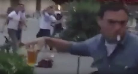 Θεούλης στη Γαλλία σώζει ατάραχος τη μπύρα του ανάμεσα σε χουλιγκάνια που πετάνε καρέκλες (VIDEO)