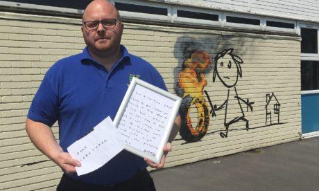O Banksy έβαψε σχολείο στη Βρετανία και φεύγοντας άφησε σημείωμα στους μαθητές (PHOTO)