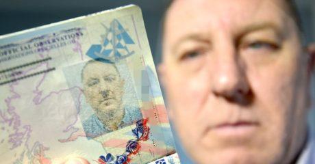 Άγγλος βγάζει διαβατήριο για να ανακαλύψει πως η σφραγίδα του κάνει μουστάκι Χίτλερ (PHOTO)