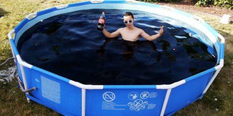 Ιδιοφυής νεαρός κατασκευάζει πισίνα από κοκακόλα στο όνομα της επιστήμης (VIDEO)
