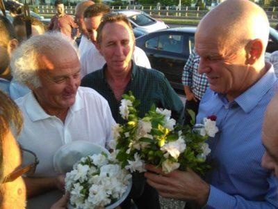 Πλήθη θαυμαστών του ΓΑΠ στο Αγρίνιο έραναν τον πρόεδρο της ΚΙΔΗΣΟ με άνθη (PHOTO)