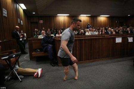 Ο ΑΜΕΑ αθλητής Όσκαρ Πιστόριους αναγκάστηκε να περπατήσει για να αποδείξει την αθωότητά του (PHOTO)