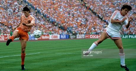 EUROLUBEN FLASHBACKS: O Φαν Μπάστεν ίπταται για το κορυφαίο γκολ στην ιστορία των τελικών Euro