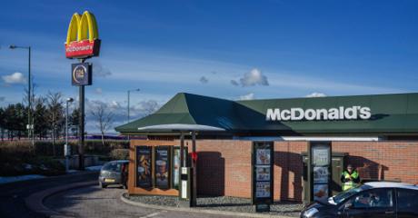Μεθυσμένοι θα μπορούν να περνούν πεζοί από drive-thru McDonalds στην Ουαλία για να φάνε πέρκερ