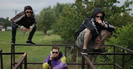 Squatting Slavs: Ρίγες Adidas, οινόπνευμα και βαθιά σλάβικα καθίσματα
