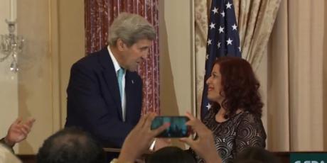Ο Τζον Κέρι βράβευσε τη Ρίτα Σούπερμαν για τις υπεράνθρωπες προσπάθειές της ενάντια στο τράφικινγκ