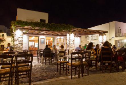 Ο Πινόκλης: Το μερακλίδικο καφεποτοπωλείο της Πάρου (που θα'ταν σίγουρα στέκι μας αν μέναμε εκεί)