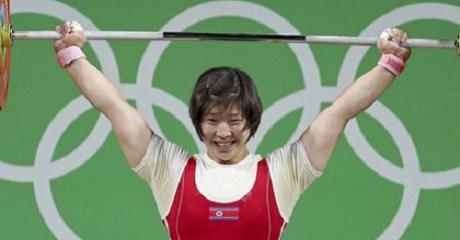Βορειοκορεάτισσα αρσιβαρίστρια κερδίζει το χρυσό και ο νους της τρέχει κατευθείαν στον Κιμ