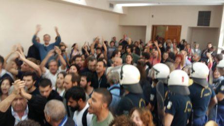 Πολίτες στη Θεσσαλονίκη συγκρούονται με τα ΜΑΤ και ακυρώνουν πλειστηριασμό πρώτης κατοικίας (VIDEO)