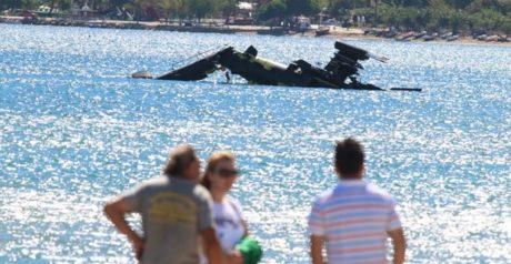 Η στιγμή που ένα ελικόπτερο Απάτσι του Ελληνικού Στρατού κάνει βουτιά στη θάλασσα (VIDEO)