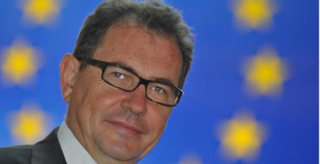 Ευρωβουλευτής των Γάλλων Οικολόγων πιάστηκε να αυνανίζεται σε κατάστημα δίπλα σε παιδάκια