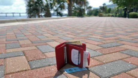 Πακιστανοί μετανάστες βρήκαν πορτοφόλι με λεφτά στη Χίο και το παρέδωσαν στον ιδιοκτήτη
