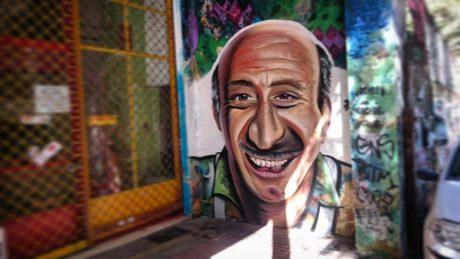 Γκραφίτι του Κώστα Τσάκωνα εμφανίστηκε στην οδό Τζαβέλλα στα Εξάρχεια (PHOTO)