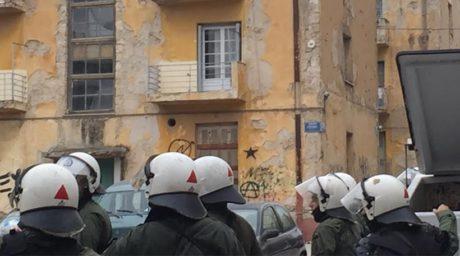 Πετροπόλεμος έξω από τα προσφυγικά στην Αλεξάνδρας: Χρυσαυγίτες και ΜΑΤ εναντίον αντιεξουσιαστών (VIDEO)