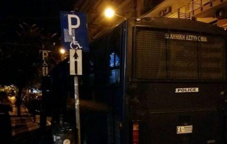 Το τερμάτισαν: Ολόκληρη κλούβα της ΕΛΑΣ πάρκαραν σε θέση για ΑμεΑ στη Θεσσαλονικη (PHOTO)