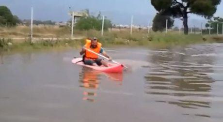 Τυπικός Γλυφαδιώτης απολαμβάνει τα water sports σε πλημμυρισμένο δρόμο της Γλυφάδας (VIDEO)