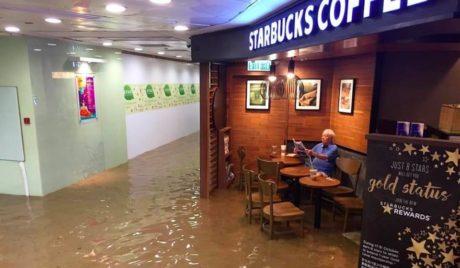 Άντρας διαβάζει αμέριμνος την εφημερίδα του παρά την πλημμύρα και το Photoshop τρελαίνεται (PHOTOS)