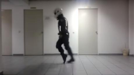 Χορευταράς αστυνομικός της ομάδας ΔΙΑΣ κάνει τέτοιο moonwalking που θα ζήλευε κι ο Michael Jackson (VIDEO)