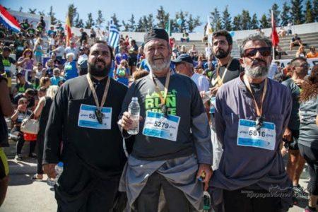 Οι παπάδες που έτρεξαν με τα ράσα σε ημιμαραθώνιο στην Κρήτη κερδίζουν επάξια τον τίτλο του παπατρέχα