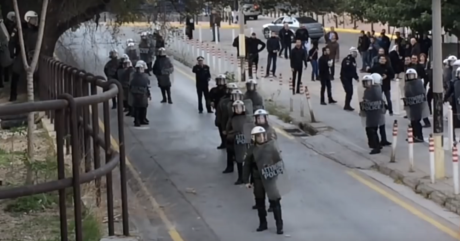 Δίκη Χρυσής Αυγής: Χρυσαυγίτες πετάνε πέτρες σε αντιεξουσιαστές πίσω από την κάλυψη των ΜΑΤ (VIDEO)
