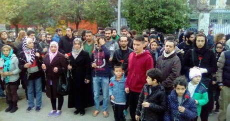 Πρόσφυγες από το City Plaza τιμούν με λουλούδια τη μνήμη των νεκρών του Πολυτεχνείου (PHOTO)