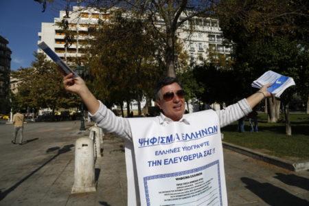 Ψεκασμένοι οπαδοί του Σώρρα καλούσαν τον κόσμο να υπογράψει για την ελευθερία του χθες στην Πλατεία Συντάγματος (PHOTOS)
