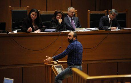 H ΧΑ κλιμακώνει την ένταση στη δίκη όσο ο Σωτήρης Πουλικογιάννης συνεχίζει την κατάθεσή του