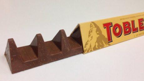 Τραγικό έγκλημα στη Βρετανία: Η Τοblerone μεγάλωσε το κενό ανάμεσα στις σοκολατένιες βουνοκορφές της (PHOTO)