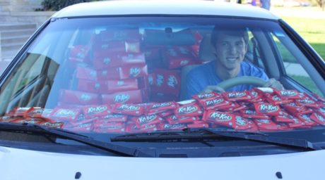 Του έκλεψαν μια Kit-Kat από το αμάξι, αποζημιώθηκε με 6.500 σοκολάτες (PHOTO)