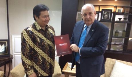 Εντωμεταξύ στη μακρινή Ινδονησία στρώνουν κόκκινα χαλιά για τον Τέρενς Κουίκ (PHOTO)