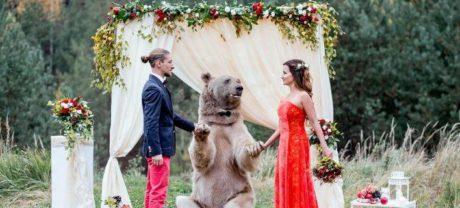 Ζευγάρι Ρώσων νοίκιασαν μια αρκούδα για να τους παντρέψει επειδή μπορεί (PHOTOS)