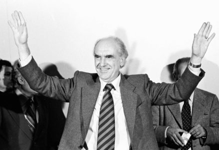 """Είναι 1989 και εν μέσω σκανδάλου Κοσκωτά ο Αντρέας κάνει την πιο """"thug life"""" είσοδο στη Βουλή που έχει γίνει ποτέ (VIDEO)"""