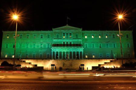 Σε ρυθμούς Κυριακάτικου ντέρμπι κινείται από χθες η Βουλή, που φωταγωγήθηκε πράσινη (PHOTOS)