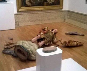 Τουρίστας-ζώο στην Πορτογαλία έσπασε άγαλμα 300 χρόνων προσπαθώντας να βρει την τέλεια πόζα για τη σέλφι του (PHOTO)