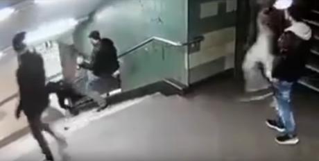 Συνελήφθη ο άντρας που είχε κλωτσήσει γυναίκα στις σκάλες του μετρό του Βερολίνου (VIDEO)
