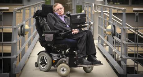 Σε νοσοκομείο της Ρώμης εισήχθη ο Stephen Hawking, με την κατάστασή του να μην εμπνέει ανησυχία