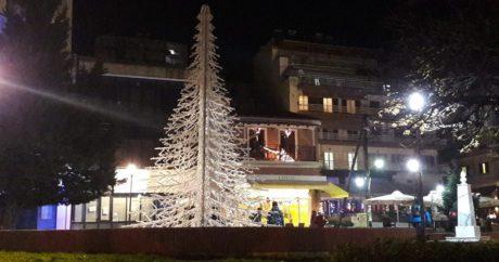 Στα Γρεβενά για Χριστούγεννα αντί για δέντρο στόλισαν ένα τεράστιο ψαροκόκκαλο (PHOTO)