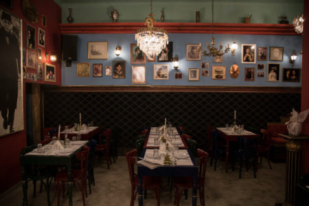 Πλατεία Θεάτρου: Eκπληκτικό φαγητό και ρεμπέτικες πενιές σ'ένα χώρο που θυμίζει παλιά Αθήνα