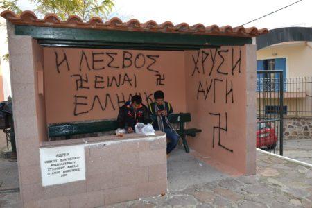Χρυσαυγίτες έβαψαν με σβάστικες και φασιστικά συνθήματα στάση λεωφορείου στην Λέσβο (PHOTO)