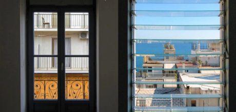 ΑΘΗΝΑ ΘΕΑ: Η φωτογραφική έκθεση με τη θέα της Αθήνας από τα παράθυρα των κατοίκων της