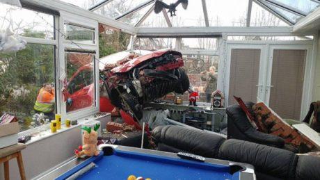73χρονος μπουκάρει με Nissan στο αίθριο σπιτιού στο Lancaster της Αγγλίας, προκαλώντας υλικές ζημιές