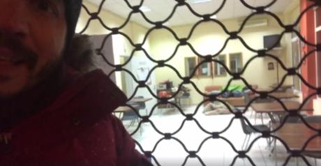 Προφανώς και τη νύχτα με το περισσότερο κρύο, η θερμαινόμενη αίθουσα του Δήμου Αθηναίων ήταν κλειστή (VIDEO)