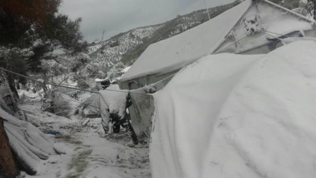 Mε χιόνι καλύφθηκαν οι σκηνές των προσφύγων στη Μόρια της Λέσβου