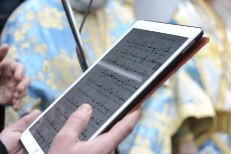 Χαϊλίκια στο Κολωνάκι: Παπα-philips ιερείς έψαλλαν από tablet (PHOTO)