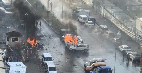 Τουρκία: Έκρηξη παγιδευμένου αυτοκινήτου και πυροβολισμοί έξω από το δικαστικό μεγαρο της Σμύρνης (PHOTOS + VIDEO)