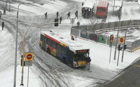 Λεωφοριατζής στη Θεσσαλονίκη δε σταματάει για επιβάτη και ο επιβάτης σαν Kινέζος διαδηλωτής μπαίνει μπροστά απ' το λεωφορείο (PHOTOS)
