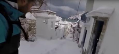 Τυπάς στην Σκόπελο δεν λογαριάζει τον χιονιά και κάνει snowboard στα στενά του νησιού (VIDEO)